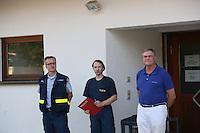 MdB Franz-Josef Jung besucht den THW in Groß-Gerau und lässt sich von Henning Müller (Leiter SEELift, THW OV Groß-Gerau) die verschiedenen Eingreiftruppen erklären