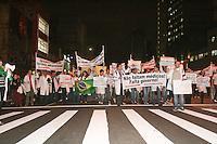 SAO PAULO - SP - 26 DE JUNHO DE 2013 - PROTESTO MÉDICOS e profissionaos da saúde, na Av. Paulista, nesta noite (26), as entidades médicas afirmam que o problema do Brasil não é a falta de médicos, e sim a falta de infraestrutura e condições de trabalho. FOTO: MAURICIO CAMARGO / BRAZIL PHOTO PRESS.