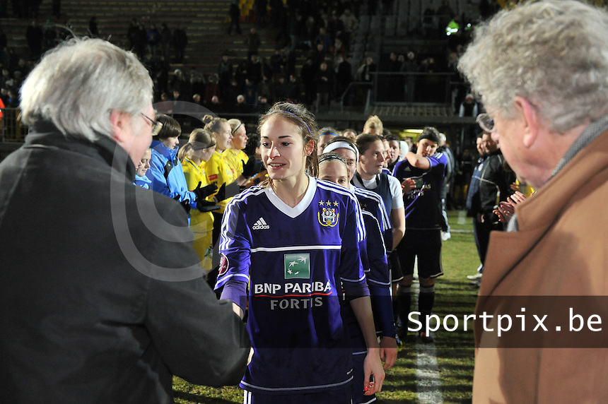 Waasland Beveren Sinaai Girls - RSC Anderlecht : Tessa Wullaert  krijgt een beker van François De Keersmaecker (links) en Marc Lesenfants (rechts).foto DAVID CATRY / Nikonpro.be