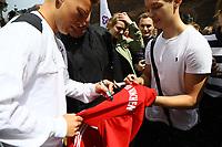 Joshua Kimmich (Deutschland, Germany) unterschreibt ein Bayern Trikot - 07.06.2017: Deutsche Nationalmannschaft besucht St. Petri Schule in Kopenhagen