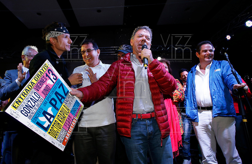 BOGOT&Aacute; -COLOMBIA. 14-06-2014. Juan Manuel Santos (Der), Presidente y candidato presidencial de Colombia por el partido de la Unidad Nacional en campa&ntilde;a. Las elecciones Presidenciales segunda vuelta en Colombia se realizar&aacute;n el 15 de junio de 2014 en todo el pa&iacute;s./ Juan Manuel Santos, President and presidential candidate of Colombia for the National Unity party in campaing. The Presidential elections second round in Colombia will be held in june 15, 2014 across the country. Photo: VizzorImage/ Campa&ntilde;a JMS Presidente<br /> VizzorImage PROVIDES THE ACCESS TO THIS PHOTOGRAPH ONLY AS A PRESS AND EDITORIAL SERVICE AND NOT IS THE OWNER OF COPYRIGHT; ANOTHER USE HAVE ADDITIONAL PERMITS AND IS  REPONSABILITY OF THE END USER