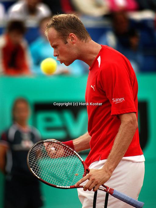 16-07-2004, Amersfoort, Tennis ,Priority Dutch Open,  Martin Verkerk lijkt de bal te kussen