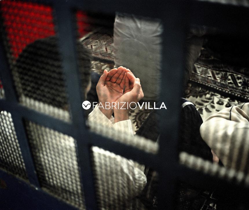 Carcere di San Vittore, Milano, un gruppo di detenuti in preghiera nella moschea - cella.