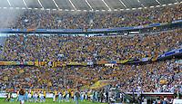 2. Oktober 2011: Muenchen, Allianz Arena: Fussball 2. Bundesliga, 10. Spieltag: TSV 1860 Muenchen - SG Dynamo Dresden: Die Spieler aus Muenchen und Dresden betreten den Rasen, im Hintergrund feiern die Dresdner Fans im vollen Fanblock.