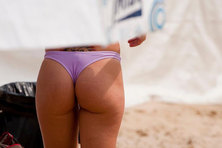 Mulheres brasileiras caminhando e tomando Sol nas praias de todo Brasil.