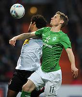 FUSSBALL   1. BUNDESLIGA   SAISON 2011/2012   30. SPIELTAG SV Werder Bremen - Borussia Moenchengladbach    10.04.2012 Dante Bonfim (li, Borussia Moenchengladbach) gegen Markus Rosenberg (re, SV Werder Bremen)