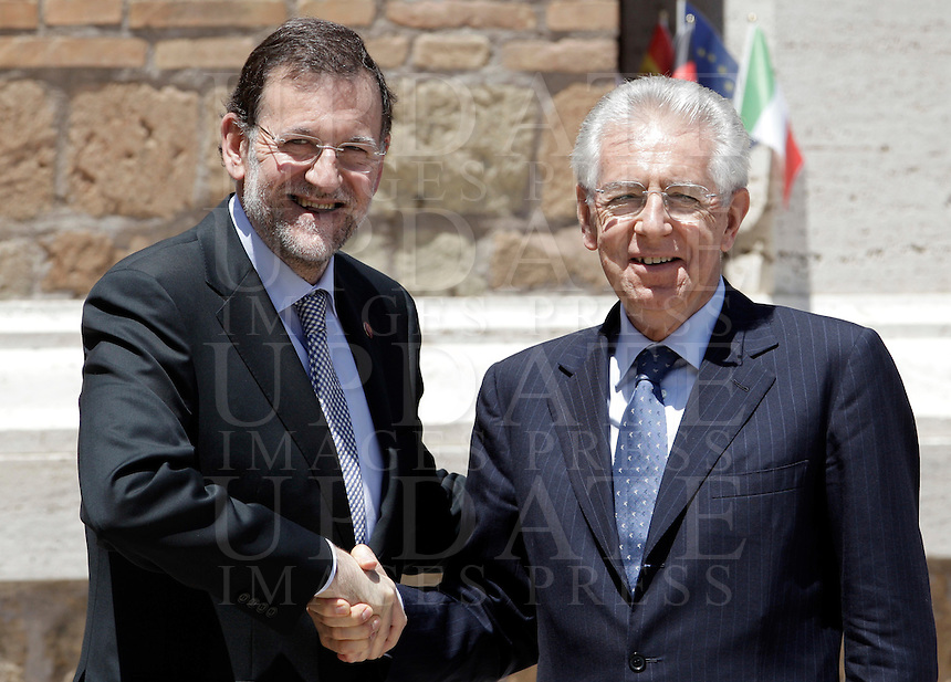 Il Primo Ministro spagnolo Mariano Rajoy, a sinistra, stringe la mano al Presidente del Consiglio Mario Monti, in occasione del Vertice Quadrilaterale fra Italia, Spagna, Francia e Germania, a Villa Madama, Roma, 22 giugno 2012..Spanish Prime Minister Mariano Rajoy, left, shakes hands with Italian Premier Mario Monti, in occasion of the Quadrilateral Summit among Italy, Spain, France and Germany, at Villa Madama, Rome, 22 june 2012..UPDATE IMAGES PRESS/Riccardo De Luca