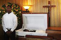 STO03. SANTO DOMINGO (REPÚBLICA DOMINICANA), 05/12/11.- Fotografía de hoy, lunes 5 de diciembre de 2011, durante el velorio de la activista dominicana de ascendencia haitiana Sonia Pierre en Santo Domingo (República Dominicana). Pierre, de 48 años y que desde los 13 años defendía los derechos de los haitianos y de los hijos de éstos en República Dominicana, sufrió un infarto este domingo. Su trabajo a favor de los derechos humanos le valió en marzo del año pasado el Premio Internacional al Coraje de la Mujer, que recibió de la mano de la primera dama de EE.UU., Michelle Obama, y de la secretaria de Estado, Hillary Clinton. EFE/Orlando Barría