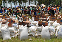 UGANDA Kitgum , World Food Programme maize and vegetable oil distribution to refugees of civil war between LRA and Ugandanian army  / UGANDA Kitgum , Verteilung von Mais und Speiseoel durch UN Organisation World Food Programme an Fluechtlinge des Buergerkrieg zwischen LRA und Regierungstruppen , Lebensmittel gefoerdert durch europaeische UNION ECHO und USAID
