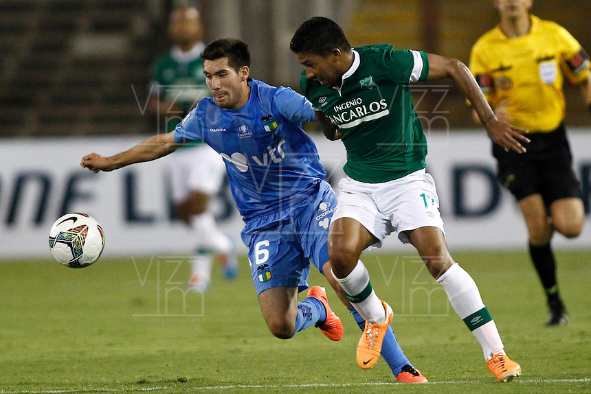 SANTIAGO-CHILE -24-09-2013. El jugador de Deportivo Cali de Colombia Robin Ramirez, derecha, disputa el balon con Cesar Fuentes de O'Higgins de Chile durante el partido de segunda fase, grupo 3 de la Copa Libertadores de America en el estadio Monumental de Santiago, Chile./ Deportivo Cali's of Colombia player Robin Ramirez, right, battles for the ball against Yerzon Opazo of O'Higgins of Chile during the second phase, group 3 of the Copa Libertadores championship football match held at Monumental stadium in Santiago, Chile.   Photo: VizzorImage/ Marcelo Hernandez /Photosport