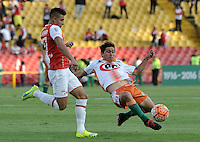 BOGOTA- COLOMBIA – 15-03-2016: Juan D Roa (Izq.) jugador de Independiente Santa Fe de Colombia, disputa el balon con Javier Grbec (Der.) jugador de Cobresal de Chile, durante partido entre Independiente Santa Fe de Colombia y Cobresal de Chile,  por la segunda fase de la Copa Bridgestone Libertadores en el estadio Nemesio Camacho El Campin, de la ciudad de Bogota. / Juan D Roa (L) player of Independiente Santa Fe of Colombia, figths for the ball with Javier Grbec (R) player of Cobresal of Chile, during a match between Independiente Santa Fe of Colombia and Cobresal of Chile, for the second phase, of the Copa Bridgestone Libertadores in the Nemesio Camacho El Campin in Bogota city. VizzorImage / Luis Ramirez / Staff