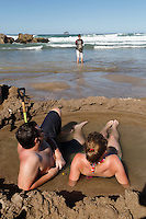 New Zealand, North Island, Coromandel Peninsula: Tourists relaxing in hot pools dug on beach | Neuseeland, Nordinsel, Coromandel Peninsula: am Hot Water Beach graben sich Touristen keine Sandburgen sondern 'Hot Pools' in denen sie dann relaxen