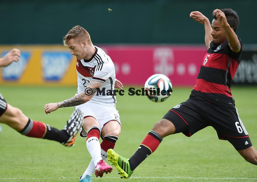 Zweikampf / Duell  Marco REUS (Deutschland) - Erik ZENGA (DFB U20). - Testspiel der Deutschen Nationalmannschaft gegen die U20 im Rahmen der WM-Vorbereitung in St. Martin