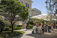 France, Provence-Alpes-Côte d'Azur, peninsula Cap Ferrat: café at Villa Ephrussi de Rothschild, also known as Villa Ile-de-France  between Villefranche-sur-Mer and Beaulieu-sur-Mer | Frankreich, Provence-Alpes-Côte d'Azur, Halbinsel Cap Ferrat: Café im Garten der Villa Ephrussi de Rothschild, auch bekannt als Villa Ile-de-France zwischen Villefranche-sur-Mer und Beaulieu-sur-Mer
