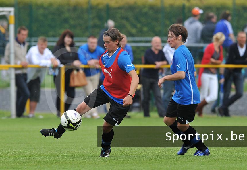 eerste training Club Brugge Dames : Angelique De Wulf aan de bal voor Christine Saelens.foto DAVID CATRY / Vrouwenteam.be