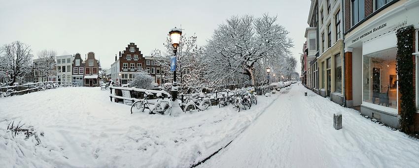 Kooren. Nederland, Utrecht,19-12-2010, Snow in Utrecht, Sneeuw op de Oude Gracht. Fietsen .foto Michael Kooren/Hollandse Hoogte.