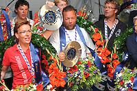 SKUTSJESILEN: LEMMER: feesttent, 18-08-2012, IFKS skûtsjesilen, winnaars IFKS 2012, Froukje Osinga-Meijer, Jonge Jasper (C-Klasse), Arend Wisse de Boer, Oude Zeug (B-klasse), ©foto Martin de Jong