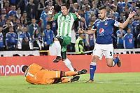 BOGOTA - COLOMBIA, 31-01-2018: Andres Cadavid (Der) jugador y Wuilker Fariñez (Izq) arquero de Millonarios disputa el balón con Dayro Moreno (Izq) jugador de Atlético Nacional durante partido partido por la final ida de la SuperLiga Aguila 2018jugado en el estadio Nemesio Camacho El Campin de la ciudad de Bogotá. / Andres Cadavid (R) player and Wuilker Fariñez (L) goalkeeper of Millonarios fights for the ball with Dayro Moreno (L) player of Atletico Nacional during the first leg match for the final of the SuperLiga Aguila 2018played at the Nemesio Camacho El Campin Stadium in Bogota city. Photo: VizzorImage / Gabriel Aponte / Staff.