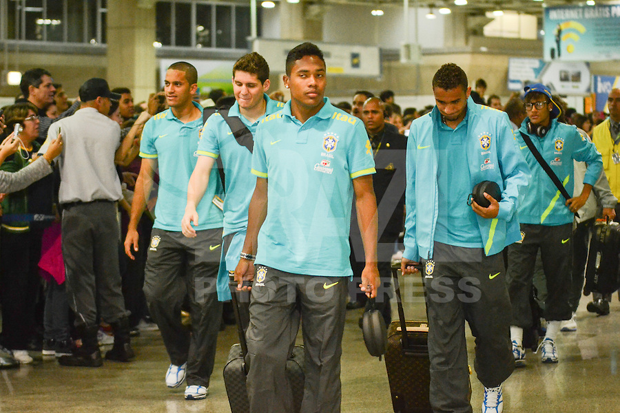 RIO DE JANEIRO, RJ, 16 JULHO 2012 - EMBARQUE SELECAO BRASILEIRA OLIMPICA - Jogadores da Selecao Brasileira Olimpica de Futebol, durante embarque para Londres, onde disputara as olimpiadas, no Galeao, Aeroporto Internacional do Rio de Janeiro, na Ilha do Governador no Rio de Janeiro, nesta segunda-feira, 16. (FOTO: MARCELO FONSECA / BRAZIL PHOTO PRESS).