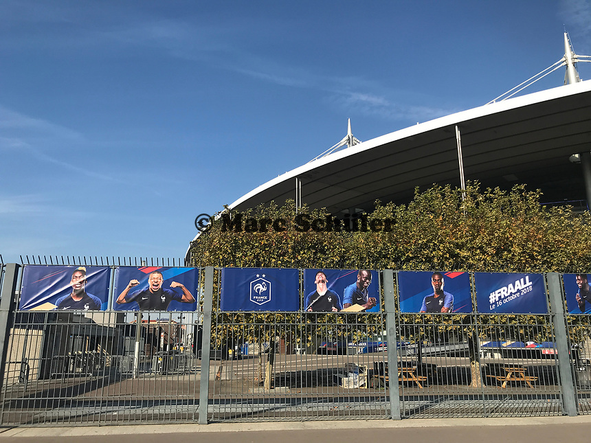 Banner der Equipe Tricolore vor dem Spiel gegen Deutschland am Stade de France - 15.10.2018: Pressekonferenz DFB vor dem Spiel Frankreich vs. Deutschland, 4. Spieltag UEFA Nations League, Stade de France, DISCLAIMER: DFB regulations prohibit any use of photographs as image sequences and/or quasi-video.