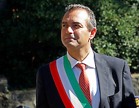 il sindaco di Napoli Luigi de Magistris con  la fascia tricolore   durante la cerimonia di  commemorazione delle 4 giornate di Napoli