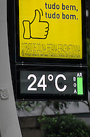SÃO PAULO, SP, 17 DE SETEMBRO DE 2013 - CLIMA TEMPO - Termometro registra temperatura amena e qualidade boa do ar, na tarde desta terça feira, na Avenida Paulista, região central. Com tempo chuvoso a qualidade do ar melhorou na capital. FOTO: ALEXANDRE MOREIRA / BRAZIL PHOTO PRESS