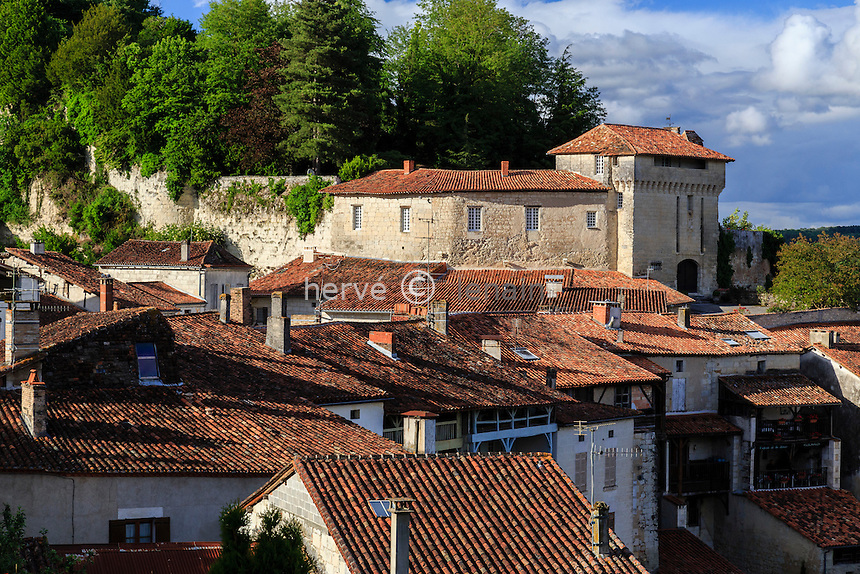 France, Charente (16), Aubeterre-sur-Dronne, labelis&eacute; Les Plus Beaux Villages de France, les toits du village et le ch&acirc;teau // France, Charente, Aubeterre sur Dronne, labelled Les Plus Beaux Villages de France (The Most beautiful<br /> Villages of France), the roofs of houses and the castle of the village