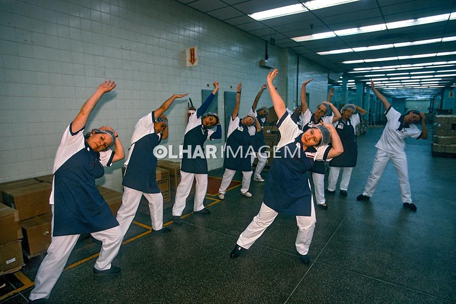 Exercicios de tai-chi-chuan no trabalho, indústria de cosmeticos Avon, São Paulo. 1998. Foto de Juca Martins.