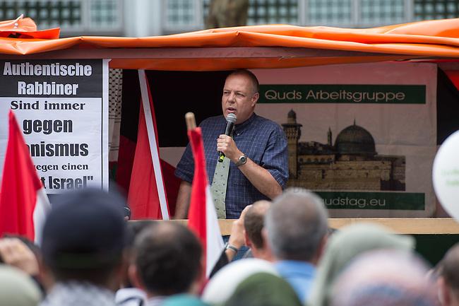 """Ca. 1000 Menschen protestierten am Samstag den 11. Juli 2015 in Berlin mit einer Demonstration anlaesslich des anti-israelischen Al Quds-Tag. Sie riefen Parolen wie """"Kindermoerder Israel"""" und """"Israel raus aus Palaestina"""".<br /> Am sogenannten Al Quds-Tag protestieren weltweit Muslime gegen die Besetzung der palaestinensischen Gebiete durch Israel.<br /> Etwa 2050 bis 300 Menschen protestierten gegen die Demonstration.<br /> Im Bild: Der Journalist und PR-Berater Christoph R. Hoerstel. Er war von 1985 bis 1999 als Journalist unter anderem fuer die ARD aus Afghanistan, Pakistan und Kaschmir unterwegs und tritt heute vor allem als freier Journalist und politischer Aktivist im Umfeld von verschwoerungstheoretischen Gruppen wie dem """"9/11 Truth Movement"""" in Erscheinung. <br /> Hoesrtel ist Gruender der Partei """"Neue Mitte"""", deren Vorsitzender er bis zum 26. August 2013 war.<br /> 11.7.2015, Berlin<br /> Copyright: Christian-Ditsch.de<br /> [Inhaltsveraendernde Manipulation des Fotos nur nach ausdruecklicher Genehmigung des Fotografen. Vereinbarungen ueber Abtretung von Persoenlichkeitsrechten/Model Release der abgebildeten Person/Personen liegen nicht vor. NO MODEL RELEASE! Nur fuer Redaktionelle Zwecke. Don't publish without copyright Christian-Ditsch.de, Veroeffentlichung nur mit Fotografennennung, sowie gegen Honorar, MwSt. und Beleg. Konto: I N G - D i B a, IBAN DE58500105175400192269, BIC INGDDEFFXXX, Kontakt: post@christian-ditsch.de<br /> Bei der Bearbeitung der Dateiinformationen darf die Urheberkennzeichnung in den EXIF- und  IPTC-Daten nicht entfernt werden, diese sind in digitalen Medien nach §95c UrhG rechtlich geschuetzt. Der Urhebervermerk wird gemaess §13 UrhG verlangt.]"""