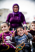 Ces enfants sont handicapés, leur mère me demande de les photographier pour montrer en France qu'ici leur combat concerne tout le monde et que ses enfants y participent à leur manière. Elle pense qu'être sur la photo c'est important.