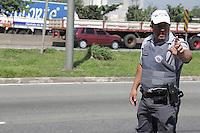 """SAO PAULO, SP, 09.04.2015 - MEGAOPERAÇÃO CAVALO DE AÇO  / SAO PAULO - Fiscalização na Marginal Tietê próximo a Av. Engenheiro Caetano Álvares, no bairro da Casa Verde, região norte de São Paulo, SP. Na manhã desta quinta-feira, 9, a Policia Militar está realizando uma megaoperação de fiscalização de motocicletas em seis pontos das marginais Pinheiros e Tietê. O objetivo da """"Cavalo de Aço"""" é combater o roubo de motocicleta e garantir o cumprimento das normas de segurança no trânsito. A ação  conta com 92 policiais militares e 68 viaturas do Comando de Policiamento de Trânsito (CPTran). Foto: Fernando Neves/ Brazil Photo Press)."""