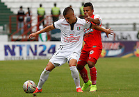 MANIZALES - COLOMBIA, 02-05-2015: John F. Salazar (Izq.) jugador de Once Caldas, disputa el balón con John E. Varela (Der.) jugador de Cortulua durante  partido Once Caldas y Cortulua por la fecha 18 de la Liga de Aguila I 2015 en el estadio Palogrande en la ciudad de Manizales. / John F. Salazar (L) of Once Caldas, figths the ball with John E. Varela (R) jugador of Cortulua during a match between Once Caldas and Cortulua for the date 18 of the Liga de Aguila I 2015 at the Palogrande stadium in Manizales city. Photo: VizzorImage / Santiago Osorio / Cont