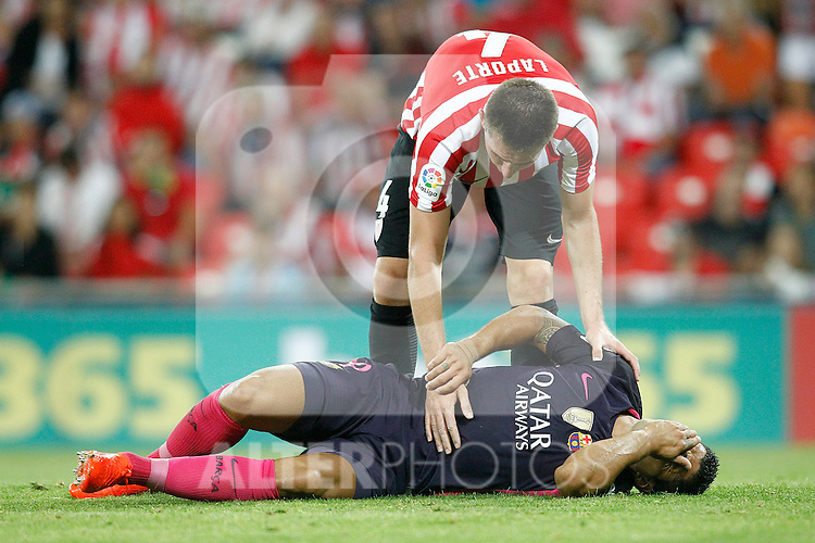 Athletic de Bilbao's Aymeric Laporte (t) and FC Barcelona's Luis Suarez injured during La Liga match. August 28,2016. (ALTERPHOTOS/Acero)