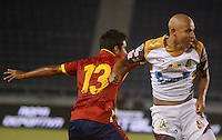BARRANQUIILLA -COLOMBIA-26-04-2015. Jose Amaya (Izq) de Uniauntónoma disputa el balón con Jonathan Estrada (Der) de Deportes Tolima en partido por la fecha 17 de la Liga Aguila I 2015 jugado en el estadio Metropolitano de la ciudad de Barranquilla./ Jose Amaya (L) player of Uniautonoma fights for the ball with  Jonathan Estrada (R) player of Deportes Tolima during match valid for the 17th date of the Aguila League I 2015 played at Metropolitano stadium in Barranquilla city.  Photo: VizzorImage/Alfonso Cervantes/Cont