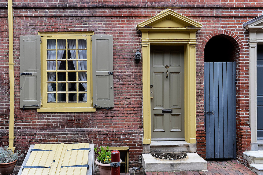 Colonial town houses, Elfreth's Alley, oldest residential street in the United States, Philadelphia, Pennsylvania, USA
