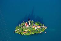 Marienkirche auf der Insel im Bleder See: SLOWENIEN , 19.05.2015 Marienkirche auf der Insel im Bleder See wirft einen Schatten wie eine grosse Burg