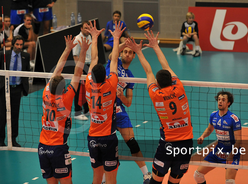 Knack Roeselare - ACH Volley Ljubljana : Cristian Imhoff met de smash voorbij het 3mansblok van Uros Kovacevic (10) , Milan Rasic (14) en Dejan Vincic (9).foto VDB / BART VANDENBROUCKE