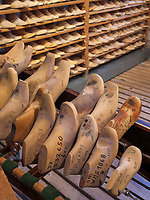 Schuhleisten aus Holz, Fagus Werk der Firmen GreCon, erbaut von Bauhaus-Architekt Walter Gropius 1911, Alfeld, Niedersachsen, Deutschland, Europa, UNESCO-Weltkulturerbe<br /> wooden shoe lasts, Fagus Factory of GreCon Company built by Bauhaus archtect Walter Gropius 1911; Alfeld, Lower Saxony, Germany, Europe, UNESCO heritage site