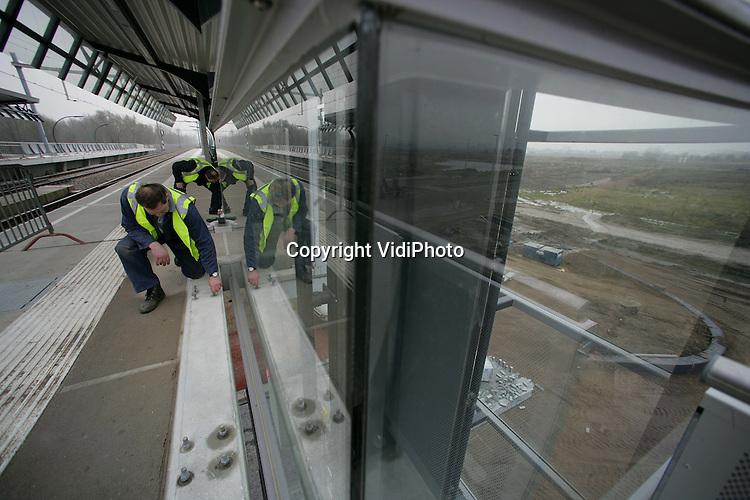 Foto: VidiPhoto..ARNHEM - Uniek voor Nederland. De Vinex-wijk Schuytgraaf in Arnhem is de eerste nieuwbouwwijk in Nederland die zo snel een eigen NS-station krijgt. Op dit moment leggen de drie aannemers Welling, Reeff en Heijmans de laatste hand aan het complex. Zaterdag wordt het station geopend. Pas in 2012 is Schuytgraaf afgebouwd. Het transparante station kon zo snel gebouwd worden omdat het KAN (Knooppunt Arnhem Nijmegen), GEM Schuytgraaf en de gemeente Arnhem bereid waren om het project voor te financieren.