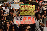 SAO PAULO, 18 DE JUNHO DE 2012 - MANIFESTACAO UNIFESP AV PAULISTA - Estudantes da Unifesp Guarulhos em manifestacao diante dos ultimos acontecidos no campus que resultaram na prisao de 25 estudantes. Manifestantes sairam do MASP em direcao a Rua da Consolacao e retornaram ao ponto de partida ocupando duas faixas da Avenida, no inicio da noite desta segunda feira, regiao central da capital. FOTO: ALEXANDRE MOREIRA - BRAZIL PHOTO PRESS