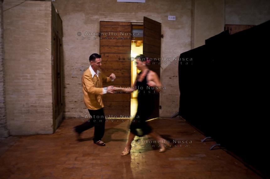 Senigallia, Agosto 2013. Due ballerini di Rock 'n Roll ballano in un vicolo di Senigallia durante il Festival Summer Jamboree.