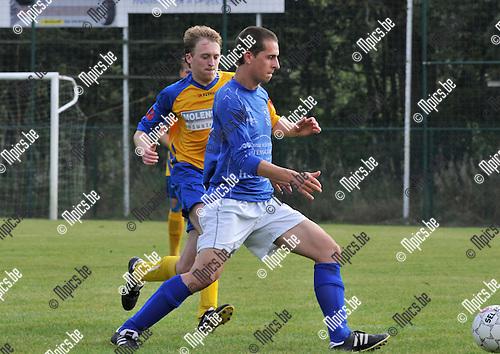 2014-09-07 / voetbal / seizoen 2014-2015 / AC Olen - Verbroedering Balen / Dries Bouquillon (r) (Olen) aan de bal met achter hem Gijs Bouwens (l) (Balen)