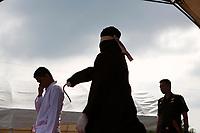 """EPA6085. BANDA ACEH (INDONESIA), 19/01/2018.- Un hombre recibe latigazos en público de un verdugo, llamado en https://www.photoshelter.com/mem/images/index#indonesia """"algojo"""", como castigo por la violación de la sharía, o ley islámica, en Banda Aceh (Indonesia), hoy 19 de enero de 2018. Los crímenes que se imputan a 10 acusados son los de adulterio, consumo del alcohol y juego. Aceh es la única región indonesia en la que se implementa la sharía y uno de los castigos más extendidos por su incumplimiento es el de los latigazos. EFE/ Hotli Simanjuntak"""