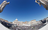 Papa Francesco celebra la messa della Domenica delle Palme in Piazza San Pietro, Citta' del Vaticano, 29 marzo 2015.<br /> A view of St. Peter's Square during a Palm Sunday mass celebrated by Pope Francis, at the Vatican, 29 March 2015.<br /> UPDATE IMAGES PRESS/Isabella Bonotto<br /> <br /> STRICTLY ONLY FOR EDITORIAL USE