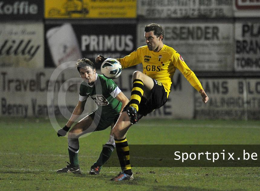 KM Torhout - Berchem Sport : Tim Verstraeten aan de bal voor Jens Lavens.foto VDB / BART VANDENBROUCKE