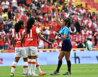 BOGOTA - COLOMBIA - 26-02-2017: Amanda Valenzuela (Der.), la juez, muestra tarjeta amarilla a Oriana Altuve (Cent.) jugadora de Independiente Santa Fe, durante partido por la fecha 2 entre Independiente Santa Fe y Atletico Huila, de la Liga Femenina Aguila 2017, en el estadio Nemesio Camacho El Campin de la ciudad de Bogota. / Amanda Valenzuela (R), referee, shows yellow card to Oriana Altuve (C) player de Independiente Santa Fe, during a match of the date 2 between Independiente Santa Fe and Atletico Huila, for the Liga Femenina Aguila 2017 at the Nemesio Camacho El Campin Stadium in Bogota city, Photo: VizzorImage / Luis Ramirez / Staff.