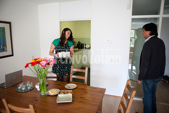 Enrique Bravo-Valdes and his daughter Valentina Bravo (13) in their house in the Hague. Foto: Jan-Joseph Stok..