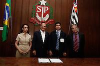 SAO PAULO, SP, 11.09.2013. ALCKMIN ASSINA CONVENIOS DO PROGRAMA SANEBASE. O governador Geraldo Alckmin e o prefeito de Ibiúna, Fabio Bello , a presidente da Sabesp Dilma Penna e o secretario de saneamento Edson Giriboni  durante assinatura de convênios do Programa Sanebase com as cidades de Ibiúna, Torrinha, Avanhandava, Rincão, entre outras. o Programa Sanebase visa e execução de obras de saneamento básico - sistemas de abastecimento de água e esgotamento sanitário nos municípios cujos sistemas não são operados pela Sabesp, mas pela própria municipalidade. As obras são executadas mediante convênios firmados entre o Governo do Estado através da Secretaria de Saneamento e Energia e os municípios, com a interveniência da Sabesp. (Foto: Adriana Spaca/Brazil Photo Press)