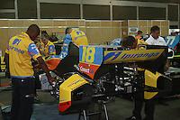 SAO PAULO, SP, 04 DE MAIO DE 2013 - INDY 300 SP - após treino de classificação oso mecanicos trabalham no carros para a corrida que acontece neste domingo (5) no circuito de rua do Anhembi, zona norte da cidade.  FOTO: MAURICIO CAMARGO / BRAZIL PHOTO PRESS.
