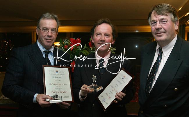 HILVERSUM - uitreiking Golfpersprijs 2002 aan Koen Suyk en Charles Taylor. midden NGF directeur Henk Heijster., COPYRIGHT KOEN SUYK